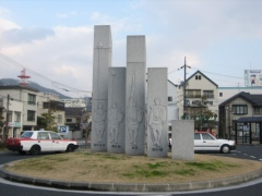 駅前モニュメント2